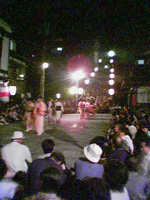 越中おわら風の盆 富山県富山市八尾町鏡町公民館での踊り 写真が撮れる携帯電話 au カシオA3012CA で撮った写真